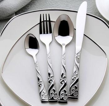 Сребрист комплект от четири броя прибори за хранене от неръждаема стомана