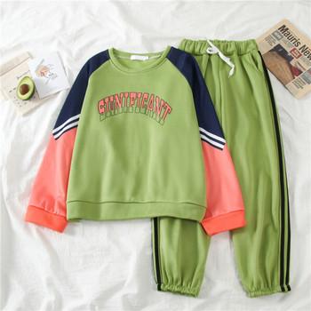 Спортен дамски комплект от две части - широка блуза с надпис и панталон с кантове