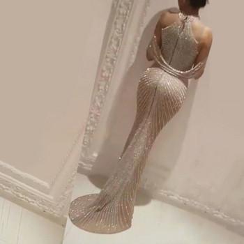 Γυναικείο μακρύ φόρεμα με λαιμόκοψη και γυαλιστερό εφέ
