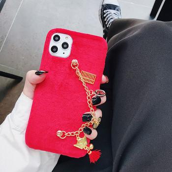 Плюшен калъф за iPhone 11 Pro Max с метален елемент в червен цвят