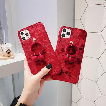 Плюшен калъф с висулка в червен цвят за iPhone 11 Pro Max