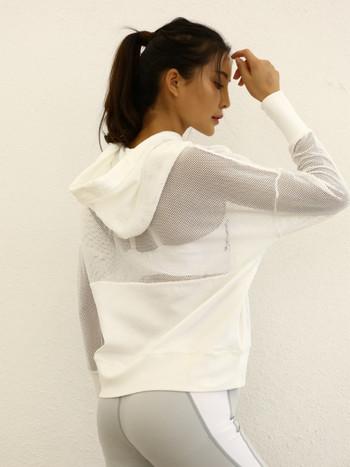 Спортен дамски суичър широк модел с качулка и мрежа