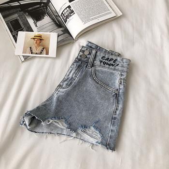 Къси дънкови панталони със скъсани мотиви и бродиран надпис