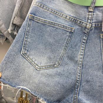 Дамски модерни къси панталони с цветни копчета и скъсани мотиви