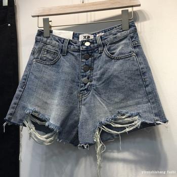 Ежедневни дамски дънкови къси панталони с разкъсани мотиви