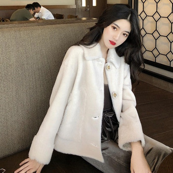 Бяло дамско палто с копчета
