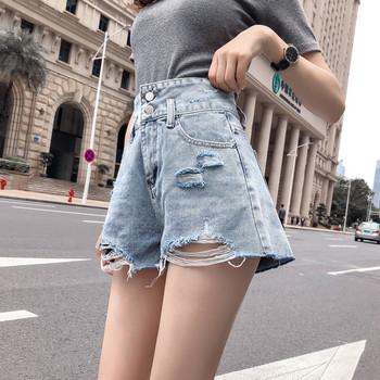 Къси дънкови дамски панталони с висока талия и скъсани мотиви