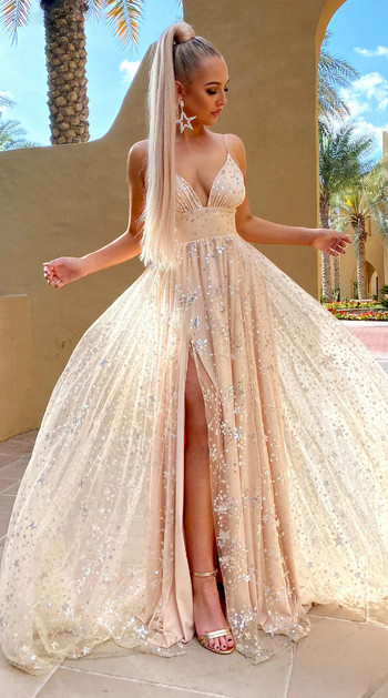 Κομψό γυναικείο μακρύ φόρεμα με βαθιά λαιμόκοψη και λαμπερό αποτέλεσμα
