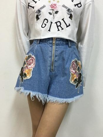 Дамски къси дънки с висока талия и бродерия цветя