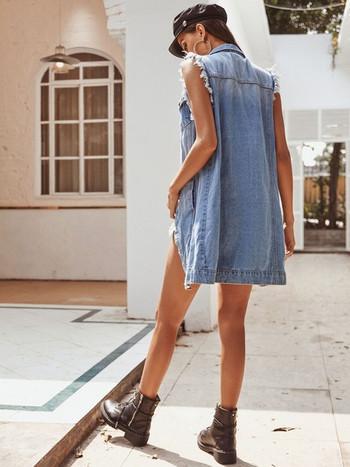Модерен дамски дънков елек с разкъсан мотив и копчета