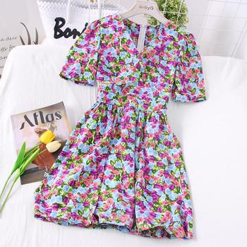 Цветна дамска рокля с шпиц деколте - разкроен модел