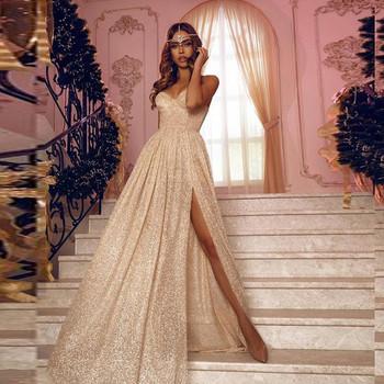 Επίσημο γυναικείο μακρύ φόρεμα με γυαλιστερό αποτέλεσμα και σχισμή σε χρυσό χρώμα