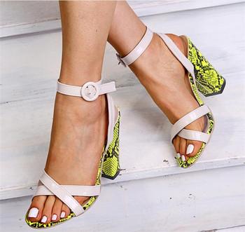 Стилни дамски сандали на висок дебел ток с катарама и животински десен