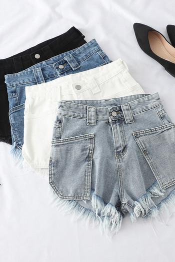 Къси дамски дънкови панталони със скъсани мотиви