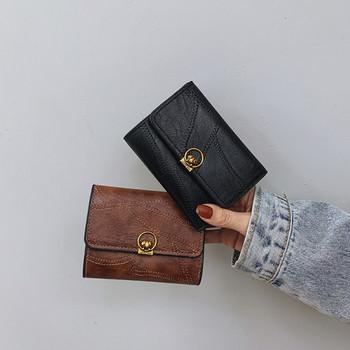 Κομψό γυναικείο πορτοφόλι με μεταλλικό στοιχείο από οικολογικό δέρμα
