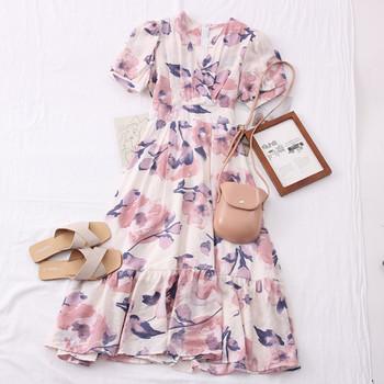 Разкроен модел дамска рокля с флорален десен и шпиц деколте