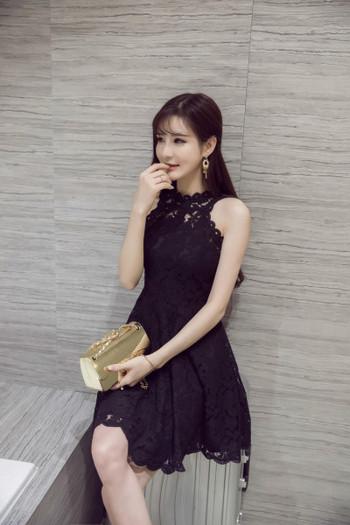 Дамска черна дантелена миди рокля без ръкав