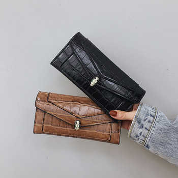 Γυναικείο έκο δερμάτινο πορτοφόλι με ανάγλυφο κάλυμμα και μεταλλική διακόσμηση