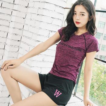 Спортен дамски комплект включващ тениска и къси панталони