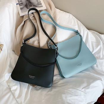 Стилна дамска чанта изчистен модел с метална декорация