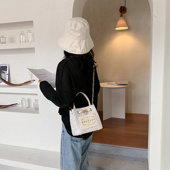 Модерна дамска чанта с надпис и метален елемент