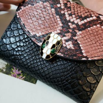 Μικρό γυναικείο πορτοφόλι με τύπωμα φιδιού και μεταλλική στερέωση