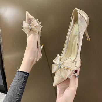 Μοντέρνα γυναικεία παπούτσια μυτερό μοντέλο με λεπτό τακούνι  και κορδέλα