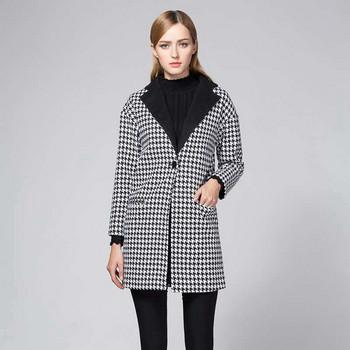 Стилно дамско карирано палто с класическа яка