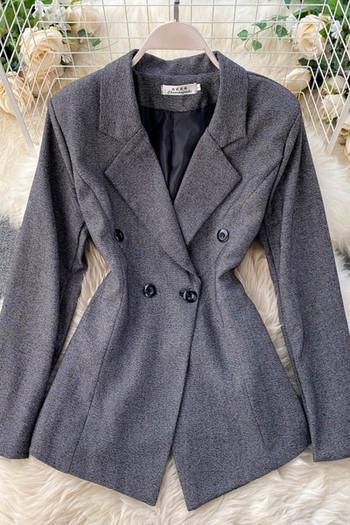 Късо дамско палто с копчета и V-образно деколте