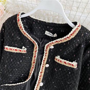 Късо дамско палто с джобове и копчета