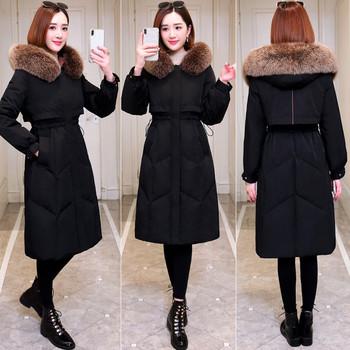 Γυναικείο μακρύ χειμερινό μπουφάν σε μαύρο χρώμα και κουκούλα με γούνα